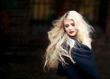 Šedivé vlasy: barvit nebo ne?